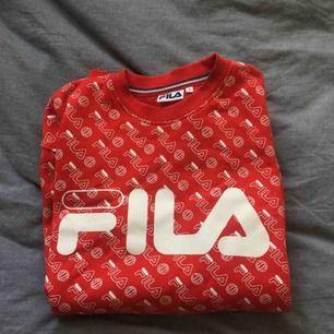 Jättefin, unik sweatshirt från Fila, använd vid ett fåtal tillfällen. Passar S-M. Köparen står för frakten!🌷