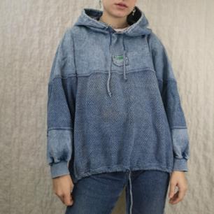 Skitsnygg retro hoodie i blandat material, en del är som av tunt jeansmaterial och andra delar är stickade. Färgen ser mest ut som verkligheten i bild nr 1, den är mer blå än grå! Skitsnygg och unik. För denna är frakten 63 kr, samfraktar gärna! (mer fraktkostnad kan tillkomma vid köp av flertalet varor)