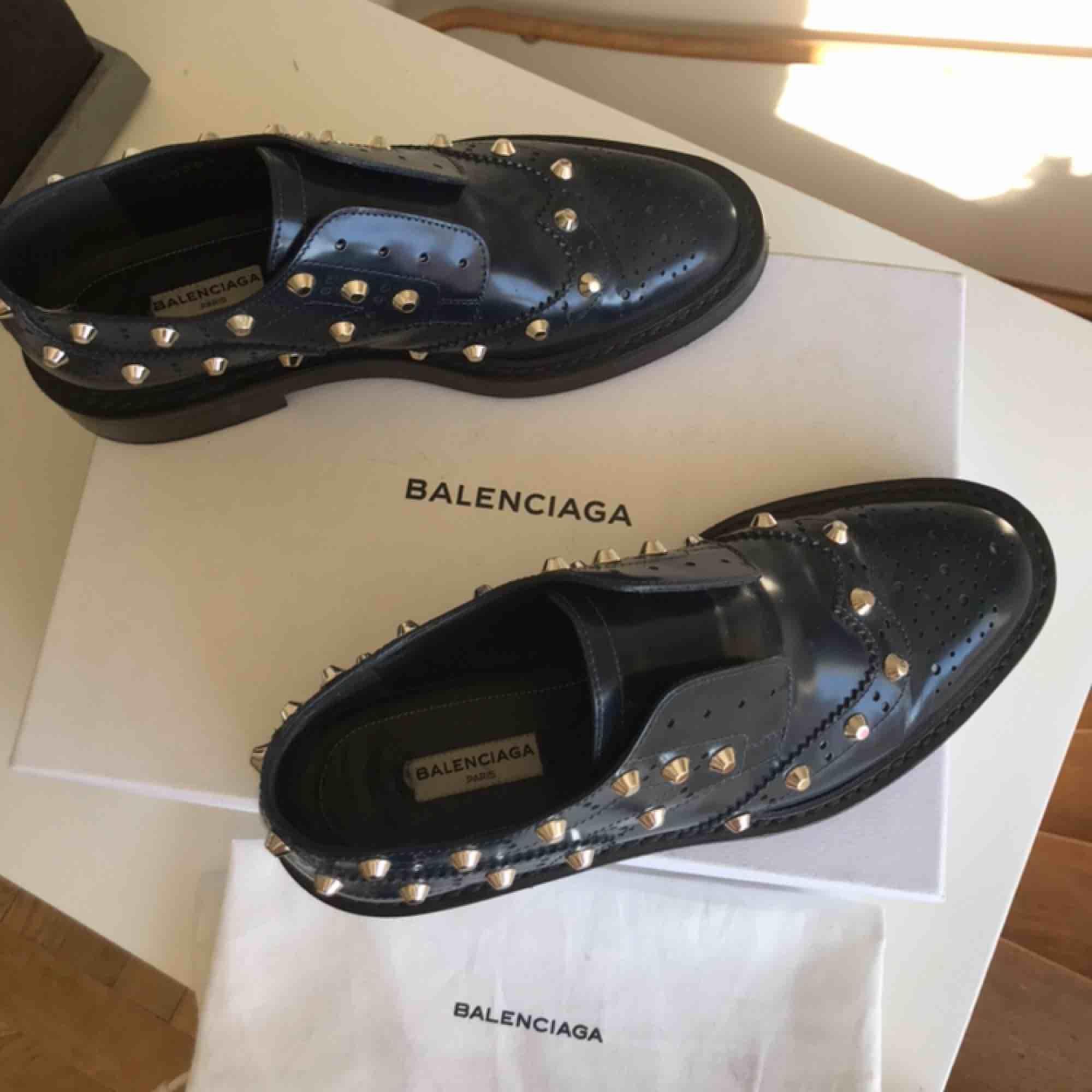 Säljer mina coola Balenciaga mocassins pågrund av att de är lite för små. Storleken är 38 men passar 37-38. Orginalpriset är 695€.. Skor.