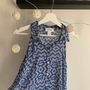 Blus aktig skjorta från Monki. Använd ca 3 gånger, jätte fint skick. Köparen står för eventuell frakt.