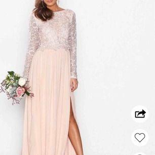 """""""lace trim ls gown""""🥰 Ljus rosa långklänning / maxiklänning. Perfekt som balklänning eller liknande. Uppsydd och passar mig som är 162 cm☺️ Nypris är 1000kr!! Använd 1 gång!! Perfekt skick. Buda!🤩"""