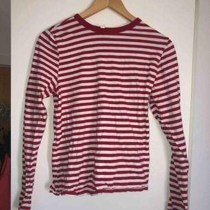 Långaärmad randig tröja från H&M i strl S, är dock stor i storleken så hade sagt M. Inga defekter. Kan mötas i Ängelholm. Annars tillkommer frakt.