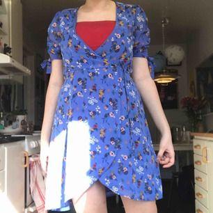 En sjukt fin klänning från Cubus. In köpt föra sommaren men insåg att den är för liten runt brösten (som man kan se så har jag en röd tube top under). Storlek 36 och frakt ligger på 50kr :)