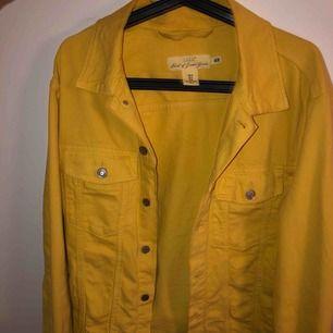 Säljer en jeansjacka från H&m i gult. Säljes för 130 kr + frakt. Oversized i storleken