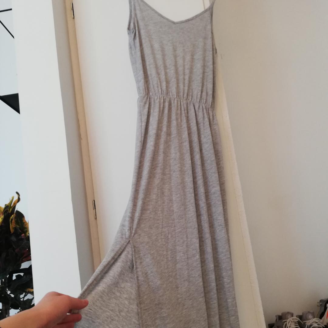 Grå skön långklänning från bikbok. Perfekt för varma sommardagar. Har också slits på höger fram (se bild). Aldrig använd endast provad! . Klänningar.