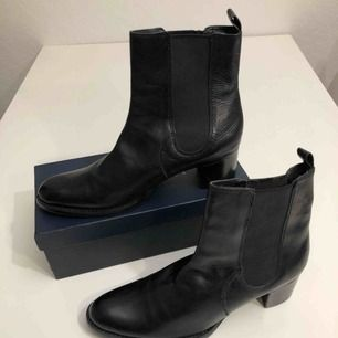 Nya, aldrig använda Rizzo boots i äkta läder. Tidlösa, klassiska och för alla tillfällen. Klack 5 cm, dra på modell, lite högre skaft. För små för mig :(