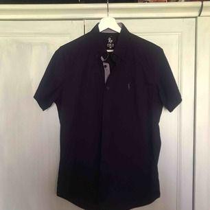 Fet polo skjorta, legat i garderoben ett tag och har ej kommit t användning