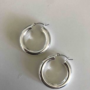 Populära chunky silver örhängen från Glitter, använda 2-3ggr,  så de är som nya! (även tvättade med handsprit) andra bilden är inte min men de ser ut så på