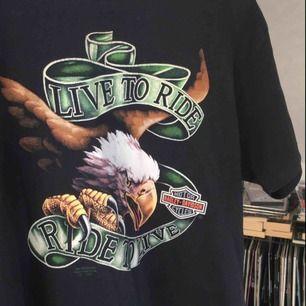 Vintage Harley Davidson T-shirt, står storlek L men är mindre, mer som en M. Väldigt mjukt material, ser lite worn ut också då den är gammal. Men inte trasig eller så. Möts i Örebro eller så betalar köparen frakt :)