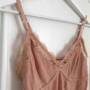 Superfint linne från bikbok med spetsdetaljer. Normalt i storlek, perfekt till sommar/vår💘