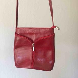 Jättefin röd skinnväska från Vera Pelle som tyvärr inte kommer till användning. Köpt second hand och är i väldigt bra skick🌻 köparen står för eventuell frakt!