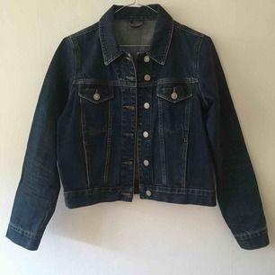 Den perfekt mörkblåa jeansjackan från Topshop i storlek xs/s. Några år på nacken men i jättefint skick!🌻 köparen står för eventuell frakt.