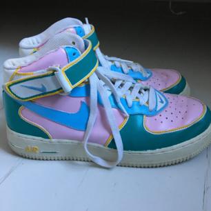 Äkta retro Nike Air sneakers, normala i storleken och gott skick. Dock har de olika skosnören men det är bara att köpa nya som matchar! Möts upp i Stockholm 🎈