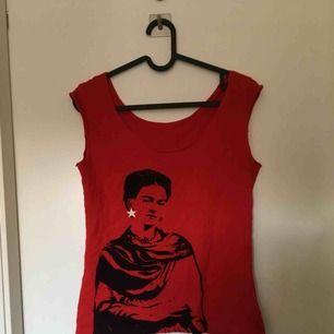 Fint skick! Fint linne med Frida kahlo i rött tyg.