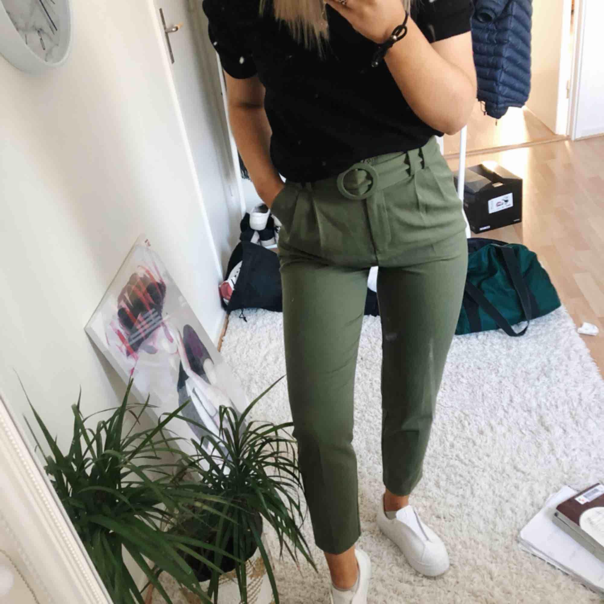 Ett par jättesnygga byxor ifrån chiquelle, dem är stretchiga och högmidjade, perfekta nu till våren, bältet ingår. Jeans & Byxor.