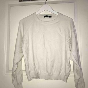 Tunn finstickad vit tröja, jätte skön. Rensar garderoben därför de kommer ganska skrynkliga plagg sorry för de, dem kommer ej va skrynkliga sen när jag postar elr möts upp