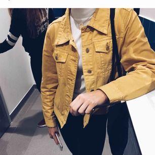 Gul jeansjacka, fint skick! Gillar den jätte mycket men används alldeles för lite.. fraktar