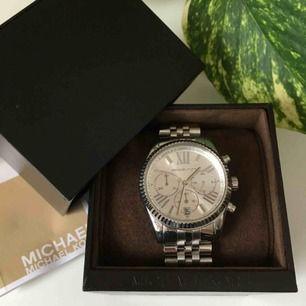 Michael Kors silverklocka som jag fick i present 2013. Den är sparsamt använd och i fint skick! Kvitto och försäkringsbevis finns, samt original-asken🌻