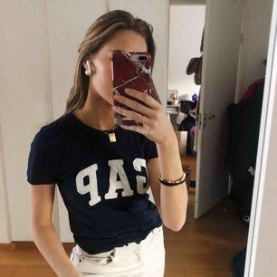 Marinblå gap T-shirt. Riktigt skön. Använder ej pga inte min stil.