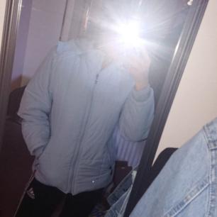 En ljusblå retro jacka med foder. Löstagbar luva och fickorna stängs med dragkedja 🌺 Kontakta för fler bilder eller frågor❤️