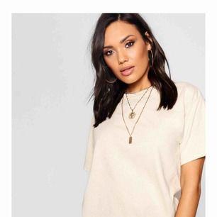 Säljer denna skitsnygga t-shirten från boohoo i färgen camel, den sitter snyggt oversized och säljer pga att jag råka beställa dubbletter, så den är kvar i påsen och i nyskick, nypris 100kr, frakt tillkommer