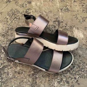 Söta sandaler med en liten platå! Sparsamt använda! <3 köpare står för frakt !