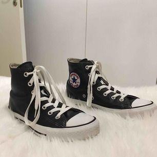 Höga svarta Converse i läder+textil Unisex modell Mycket fint skick, använda fåtal gånger