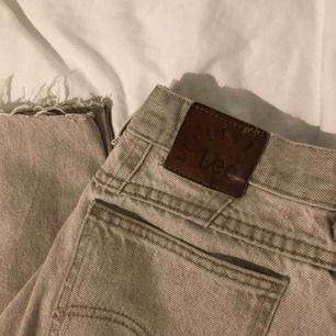 Ett par coola Lee jeans. Mycket gott skick💛
