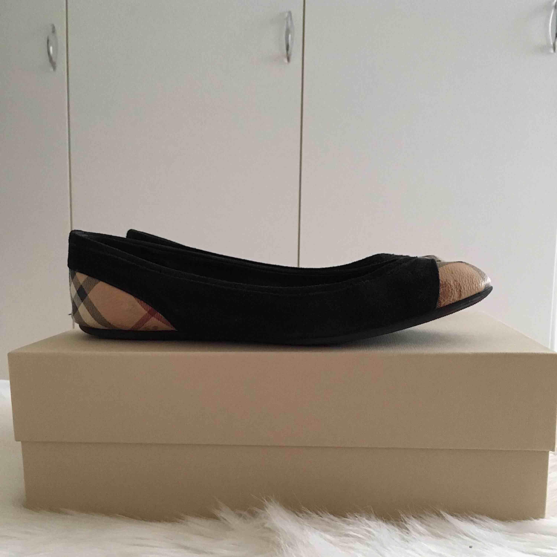 """Burberry """"Haymarket Check Suede Ballerinas"""" Storlek 38 Beställda från Burberrys hemsida för ett par år sedan. Kan visa orderbekräftelse om så behövs.  Skorna är i mycket bra skick då de används fåtal gånger. . Skor."""