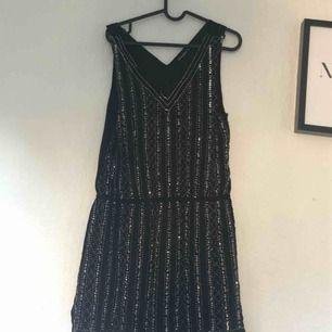 Glittrig fin klänning! Använd max en gång, perfekt till festen!