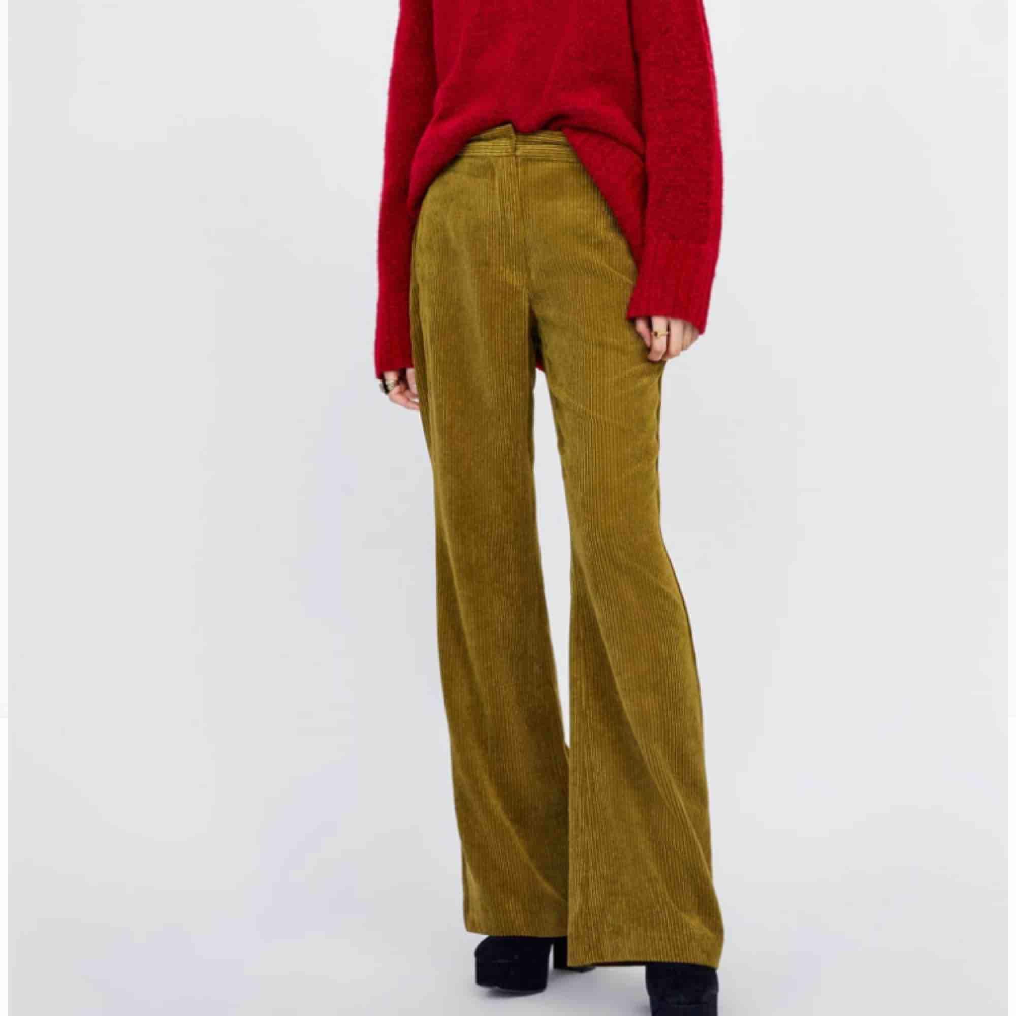 Gröna manchesterbyxor med hög midja! Aldrig använt, snarare glömt att och skicka tillbaks hehe.... men aja! Väldigt fina, men tyvärr för små för mig! Frakt ingår ej. . Jeans & Byxor.