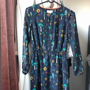 Ny oanvänd Holly & Whyte klänning designad av Gwyneth Paltrow (Lindex) den har vackert fall, lika snygg till festen som till AWn