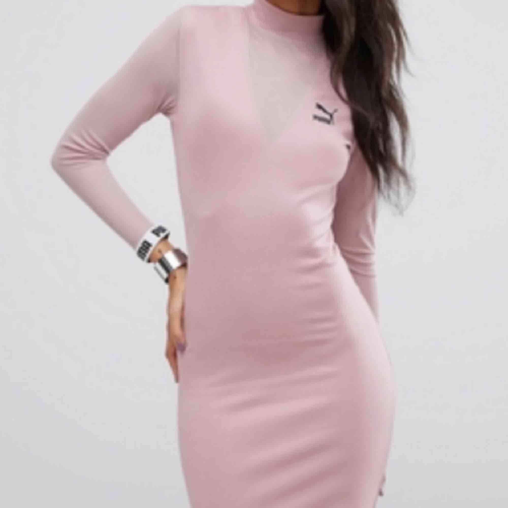 Superfin puderrosa klänning från puma, exclusive coll så just denna modell är rare! Köpte den här på plick men är tyvärr för stor för mig:( aldrig använd endast provad! . Klänningar.