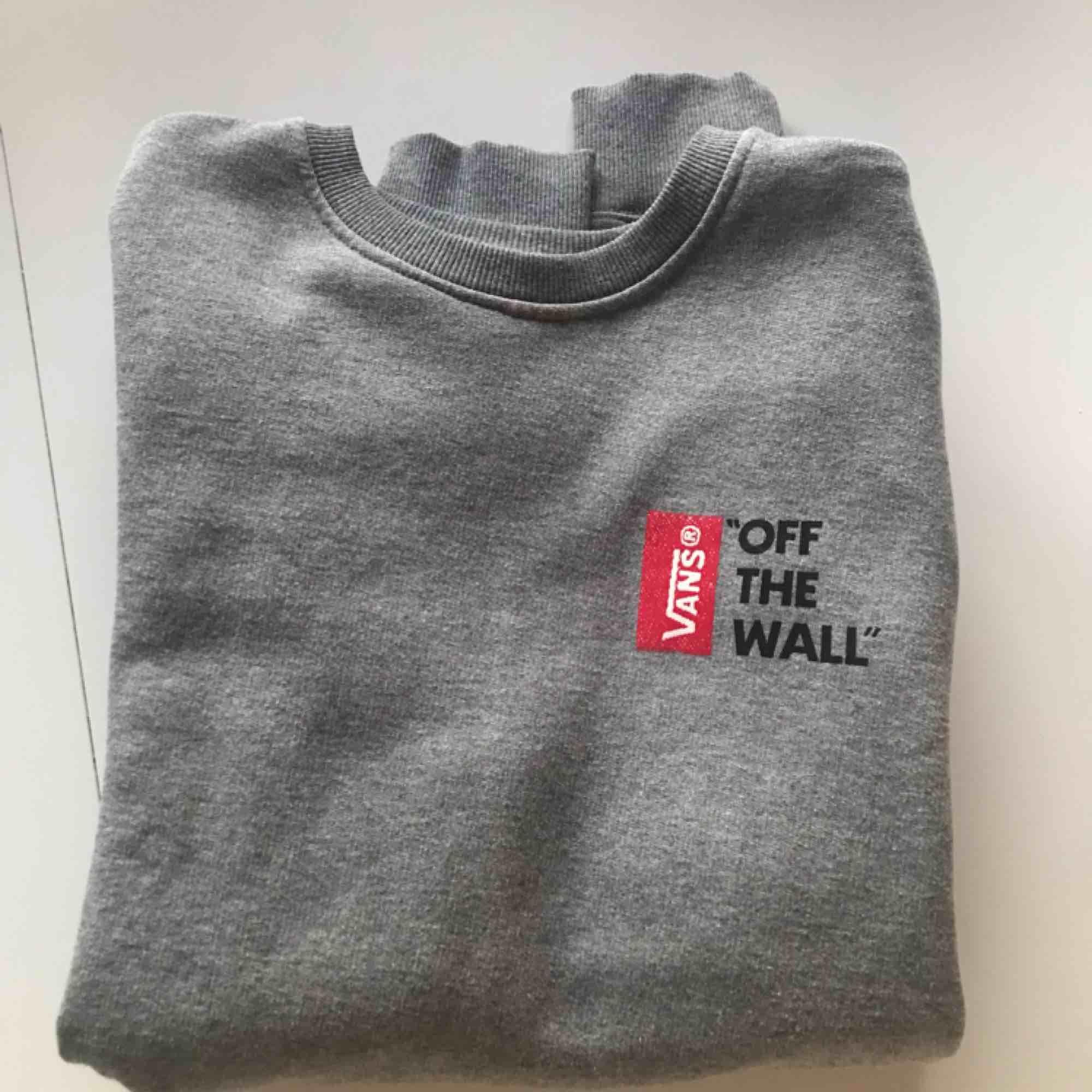 Sweatshirt från Vans med tryck fram och bak, köpt på Carlings. Endast använd ett fåtal gånger, så i fint skick! Köparen betalar frakten, betalning med swish✨. Huvtröjor & Träningströjor.