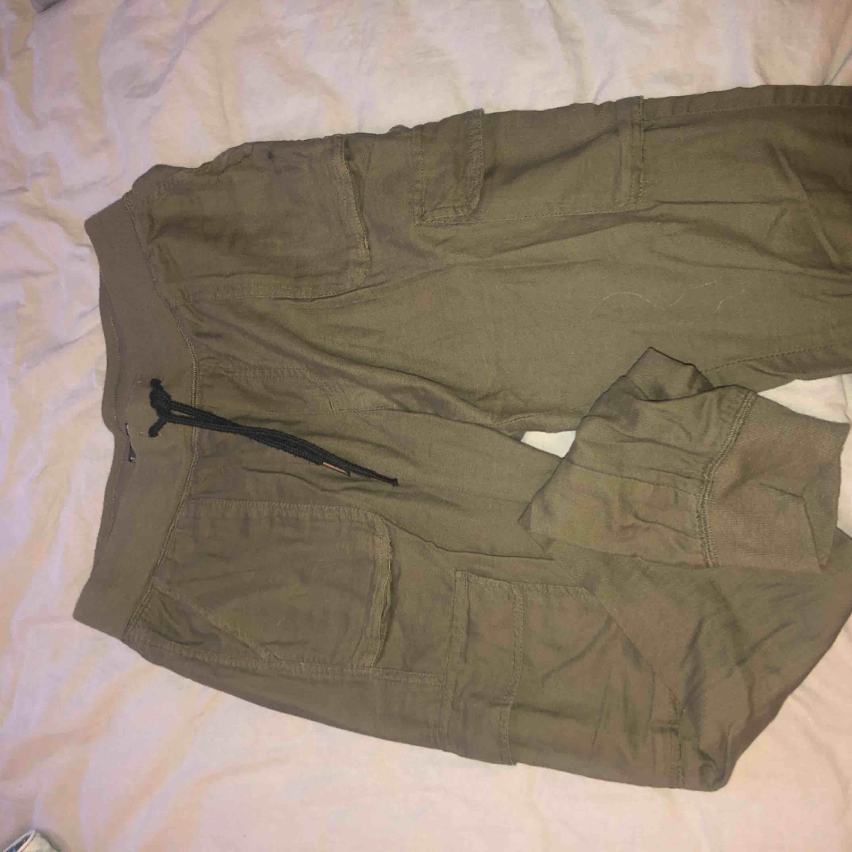 587839366 Gröna byxor. Med fickor på låren - Jeans & Byxor - Second Hand