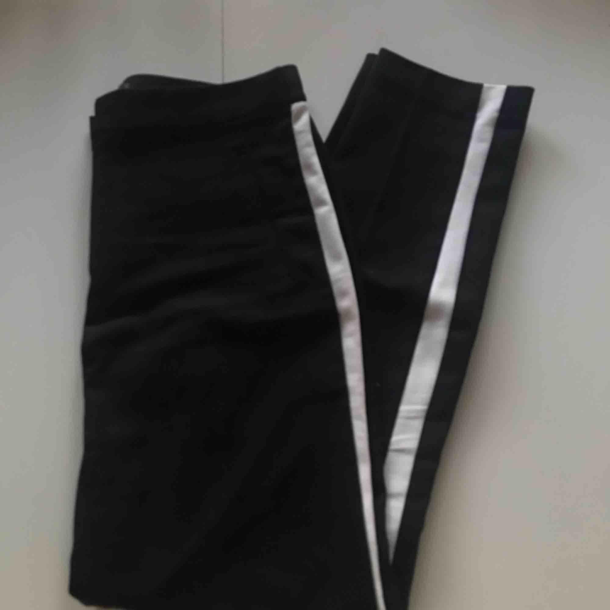 Svarta kostymbyxor med vita ränder från Zara. Endast använd ett fåtal gånger så de är i fint skick! Ganska liten i storleken, så de passar mig som vanligtvis har S. Köparen står för frakten💃🏽. Jeans & Byxor.
