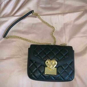 Love Moschino väska, använd en gång! Kan träffas i Stockholm eller du står för frakt🖤