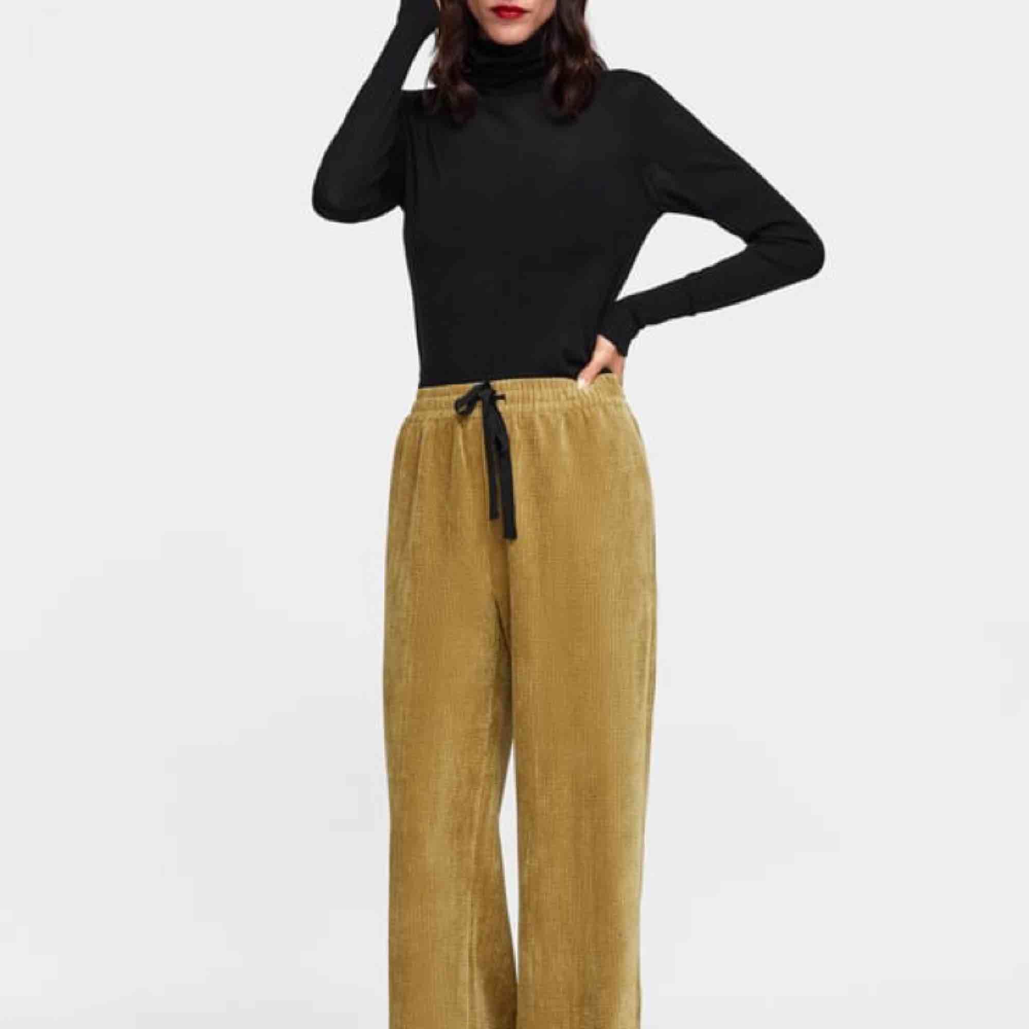 Fin manchesterbyxa med hög midja, blandning mellan grön och beige i färgen! Från ZARA! Aldrig använda. . Jeans & Byxor.