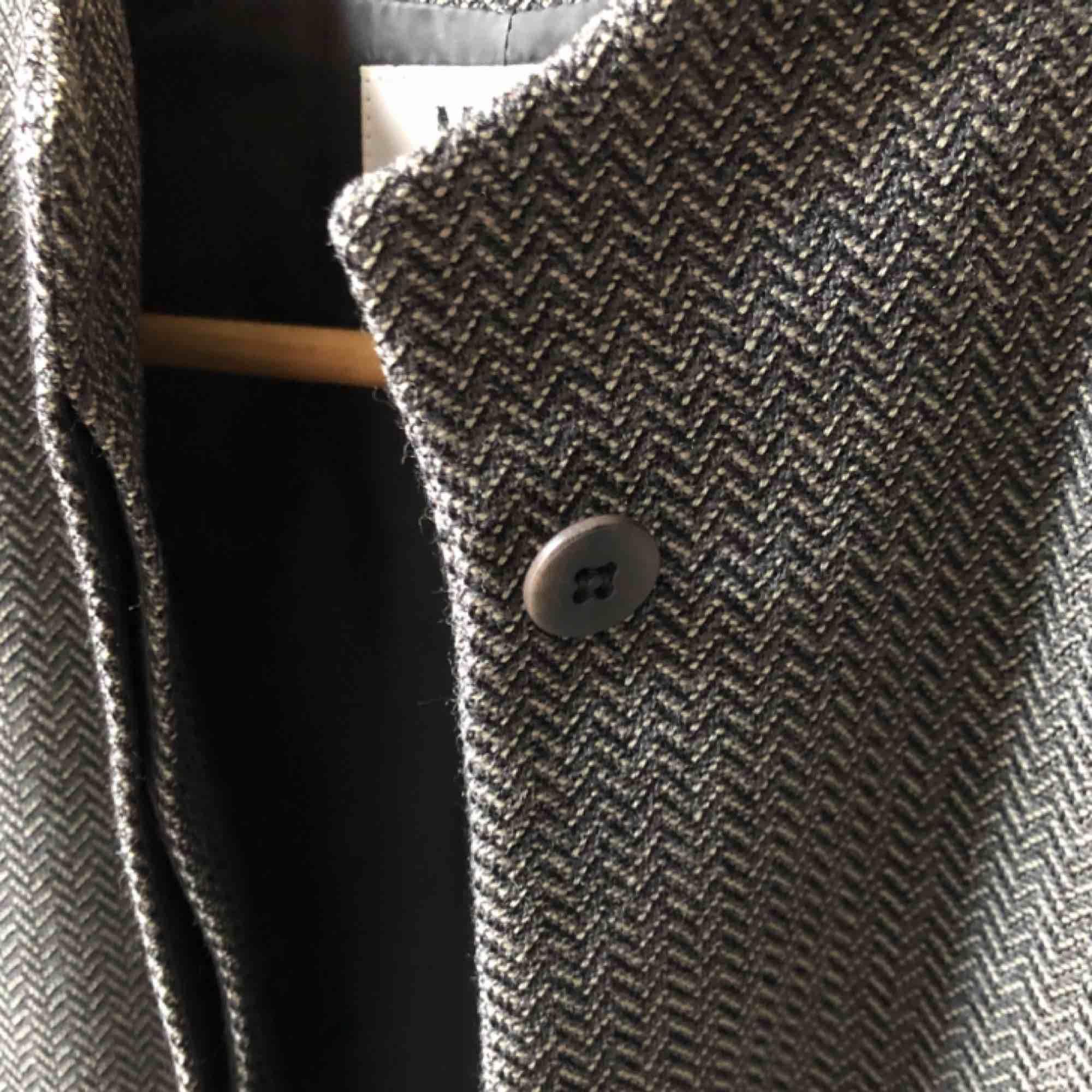 MANI by Armani jacka, köpt i fine selected vintagebutik för 1200kr - tidlös och värdefull, kommer bara öka i värde! Gjord i Italien. Sitter som en smäck, kan användas både som jacka och kavaj. Mycket bra skick!!!. Kostymer.