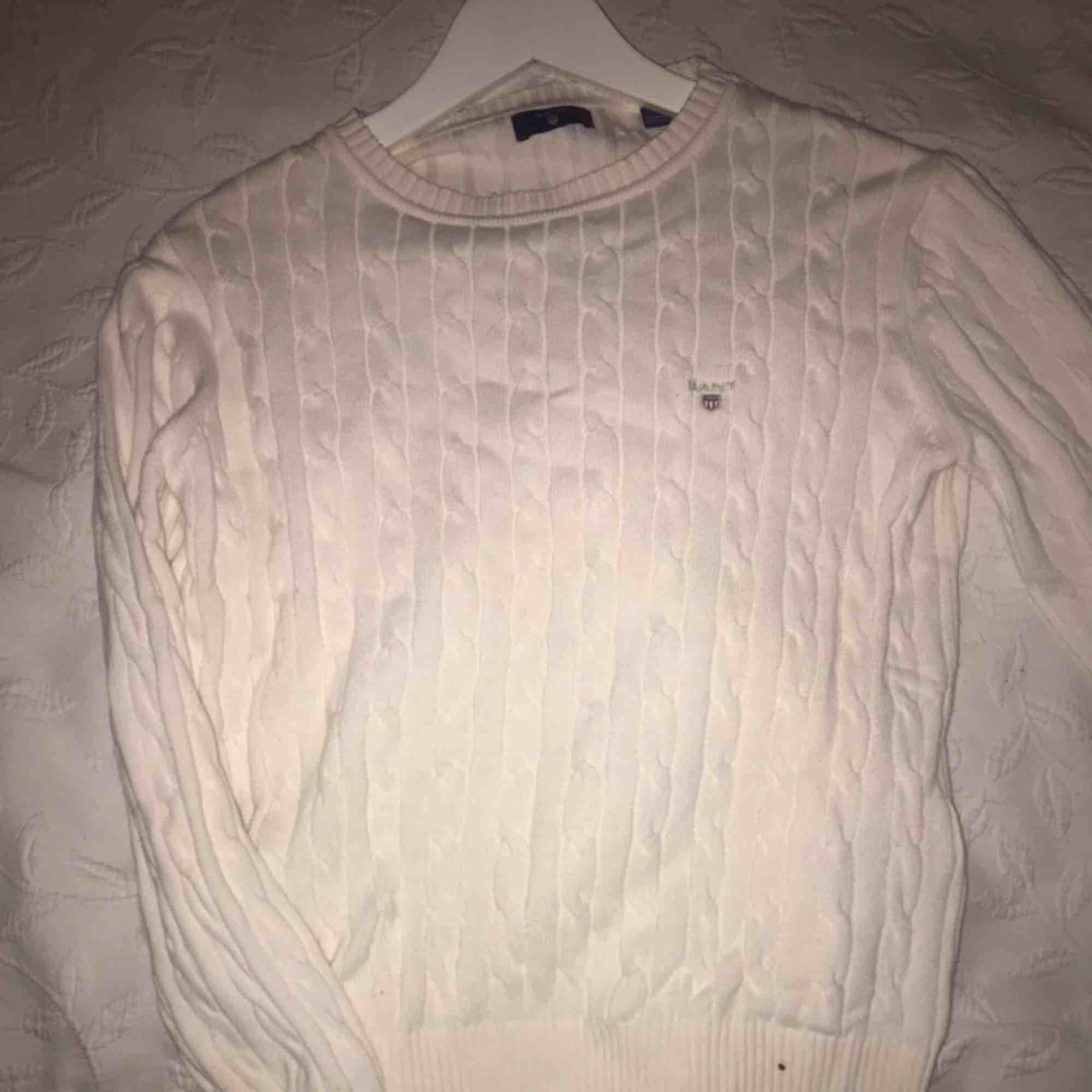 Kabel stickad Gant tröja, storlek 158/164 så passar på st S. Nypris ca 900kr , knappt använd men säljer pga att jag fått den i present och ej kan återlämna. . Stickat.
