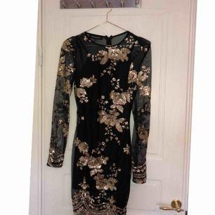 Storlek XS passar även S. Skaver inte då det är en klänning inne som hindrar detta. Aldrig använd, köpare står för frakt ca 90kr😁
