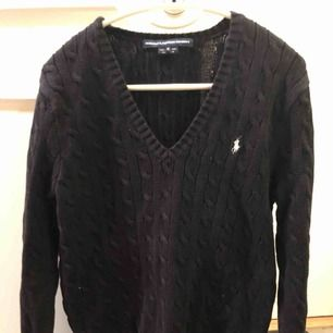 Marinblå/mörk stickad Ralph Lauren tröja, står strl XL men passar perfekt så mer som en M/38