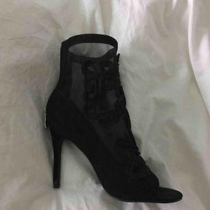 Ursnygga högklackade skor som tyvärr inte kommit till användning då jag har svårt att gå i högklackat.😩Dom är aldrig använda endast provade några gånger. Strl 38🔅 150kr och köparen står för frakten som kostar ungefär 100kr🔆
