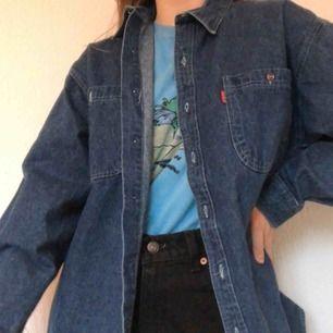 Cool jeansskjorta. Materialet är inte riktigt lika tunt som en vanlig jeansskjorta utan jag tycker att den känns lite mer som en tunn jacka. Frakt tillkommer