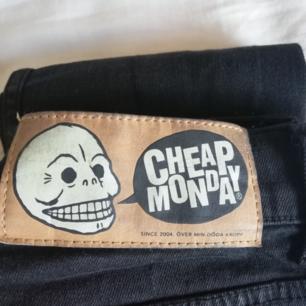 Säljer mina finafina cheap monday jeans riktigt billigt då de tyvärr blivit för små till mig :( passar mig perfekt på längden (167) men lite små annars. Använda sparsamt och väldigt fint skick, hör av dig om du vill ha fler bilder :))