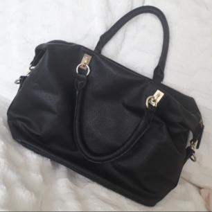Snygg svart väska från HM! Enkel, rymlig och perfekt till exempelvis jobbet eller skolan. Extra långt bagstrap ingår. I fint begagnat skick. FRI FRAKT!