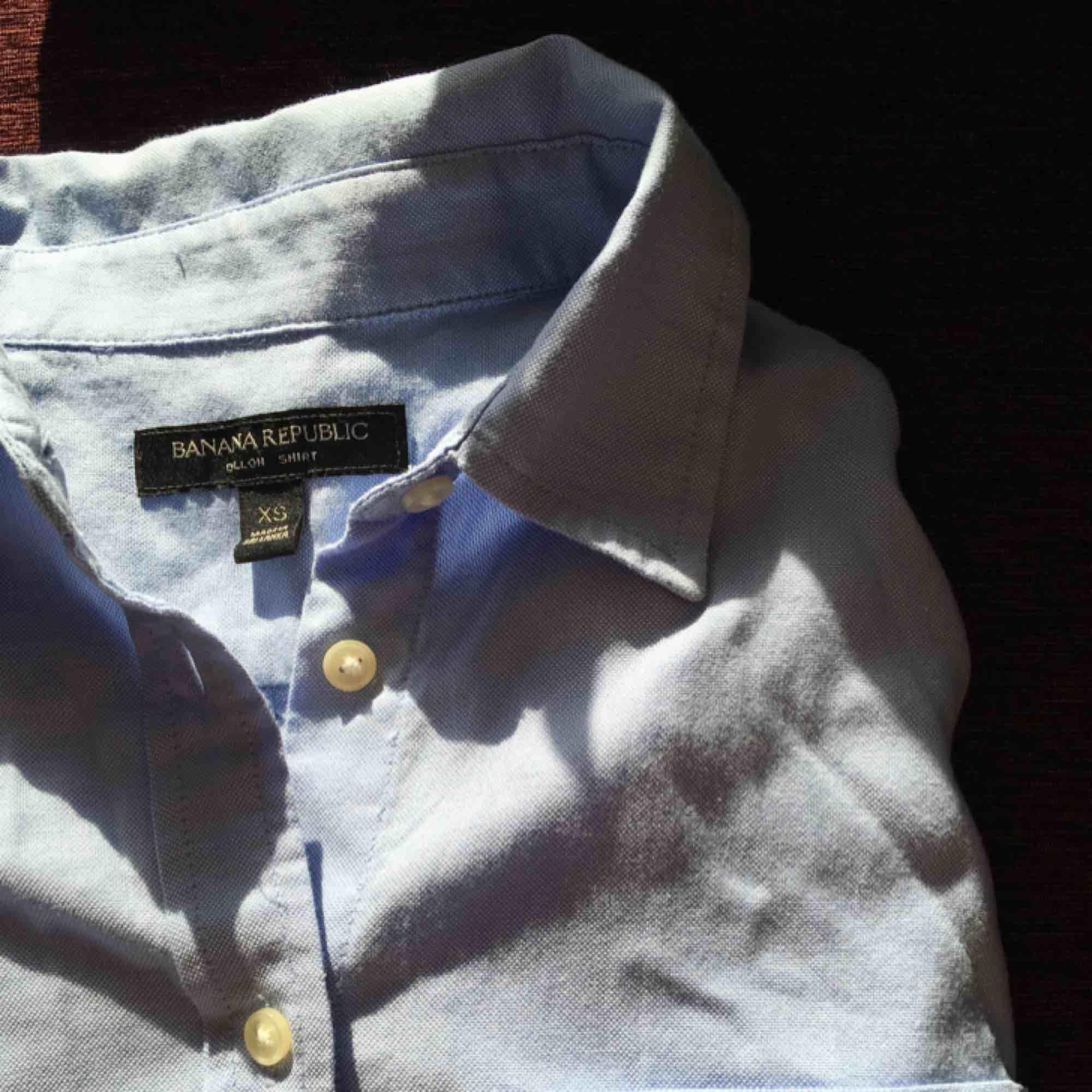 Så fin skjorta från Banana Republic! Använd ett fåtal gånger så den är i mycket fint skick. Storlek XS men passar även S. Kan mötas upp i Stockholm annars betalar köparen för frakten 🌹. Skjortor.
