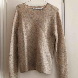 Beigemelerad stickad tröja i mohair från &otherstories. Sparsamt använd!