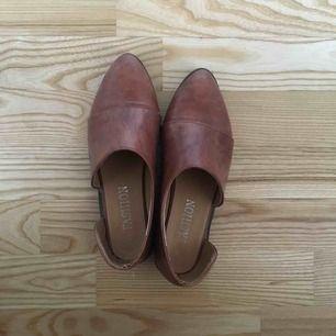 4a258125ac1 Jättecharmiga skor från second hand! Äkta läder. Envisades om att jag  kanske kommer ha. 37. 200kr. Metallicskor från Scorett i märket Cobler köpta  ...