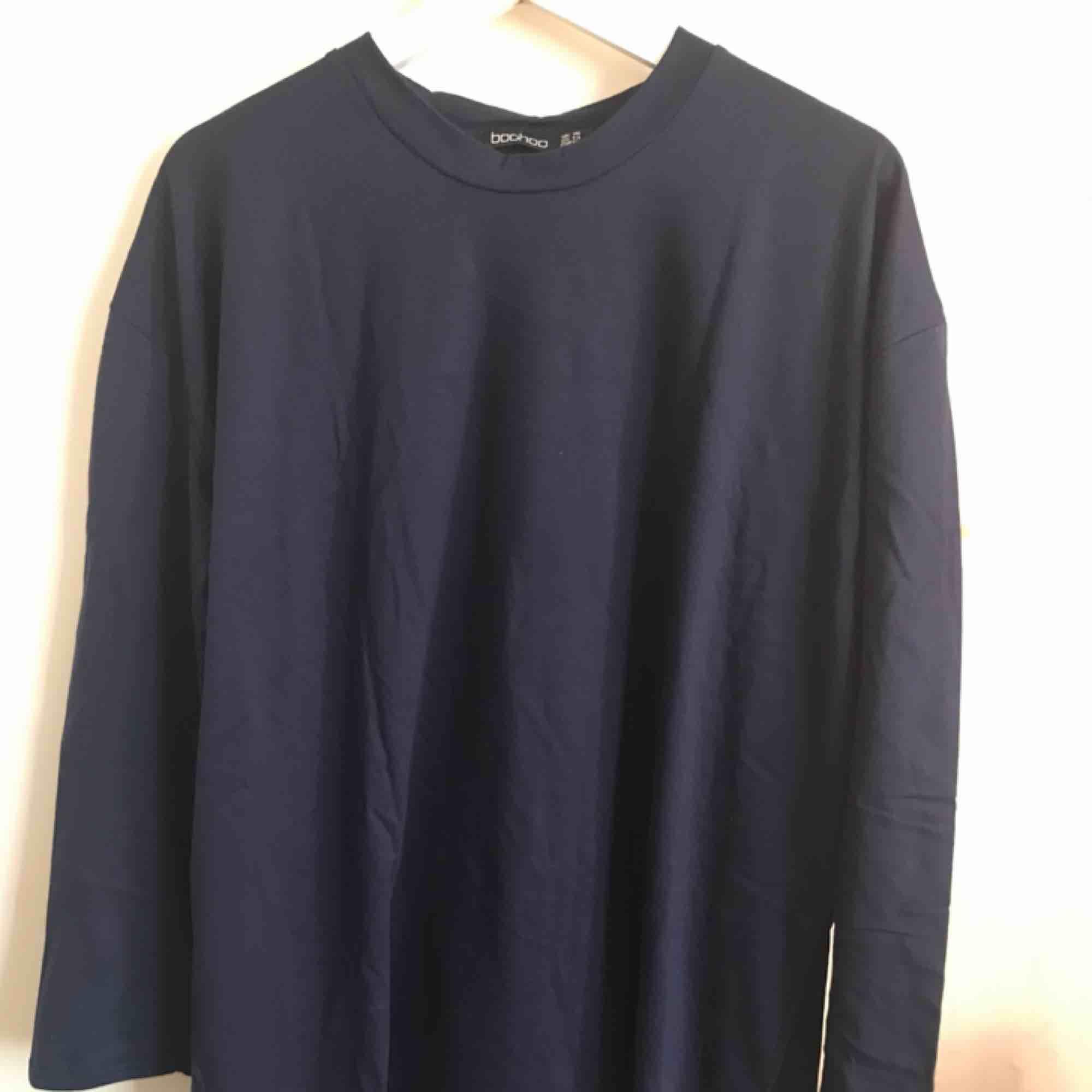 Ny t-shirt klänning från Boohoo  Aldrig använd, lapparna är kvar Strl 46/L 144kr + frakt. Klänningar.